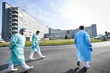 """""""等待核酸检测结果的日子,是煎熬的!""""中国留学生在澳曲折求医,哭着跪倒医院门口(组图)"""