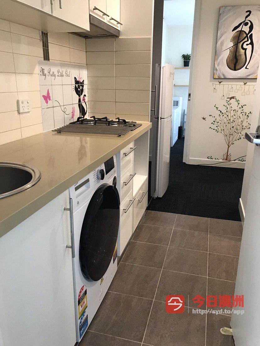 North Melbourne 近墨尔本大学 舒适安全 洗衣机烘干机 家具家电   一房一厅套房有阳台 生活便利