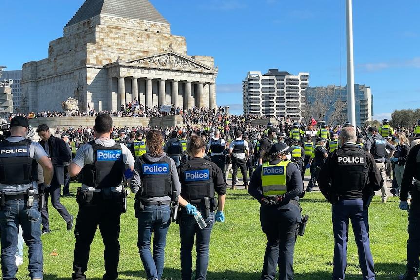 一群男性和女性警察站在一起