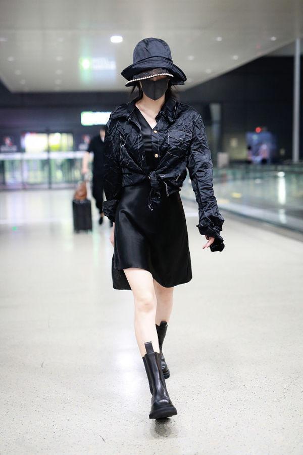 秋装搭配选对帽子太重要!张馨予穿黑裙走机场,礼帽才是画龙点睛